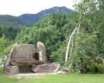 Barbecue in pietra nel giardino fiorito di Orserose Chalet